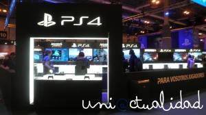 He aquí el stand de Sony. A primera vista, nada menos que su próximo lanzamiento, PlayStation 4, disponible para el disfrute de todos con juegos como Battlefield 4 o Assassin's Creed IV.